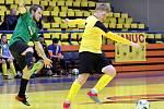 Rapid Ústí (žlutočerní) porazil na domácí palubovce Baník Chomutov (zelenočerní) 6:3