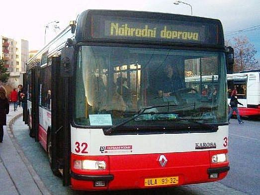 Náhradní autobusová doprava spojuje při zaplavení přístavní ulice Mírové náměstí s Krásným Březnem (zastávka Autoškola).