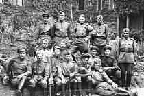 Vzorní sovětští vojáci pózují fotografovi u dnešního objektu knihovny ve Velké Hradební. Na jiném místě jsou vojáci popravováni za znásilňování.