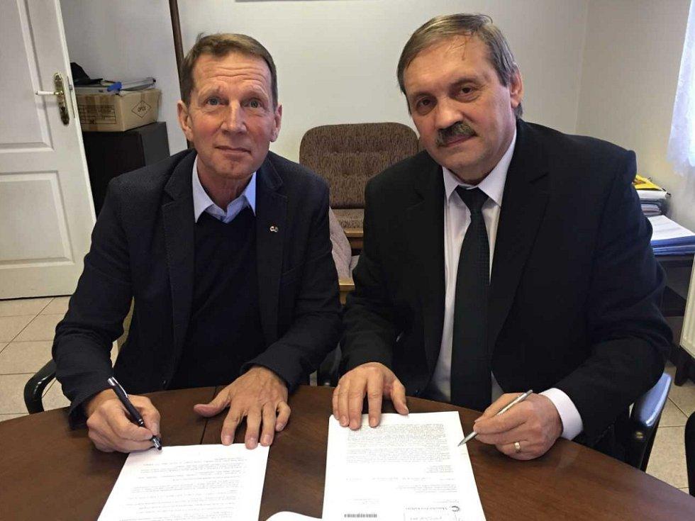 Zdeněk Kubec (vlevo) z ČUS s předsedou SESO Petrem Medáčkem při podpisu smlouvy o spolupráci na podpoře sportovních klubů.