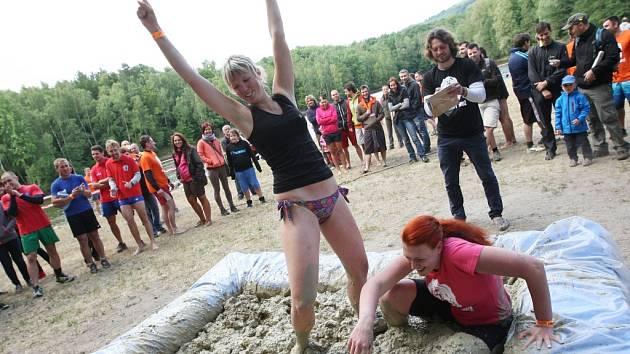 I horníci mají své dny, jsi herec nebo střelec? Tak popisují tradiční disciplínu zápasy v bahně organizátoři.