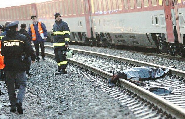Muž se zachytil za vlak, střet nepřežil.