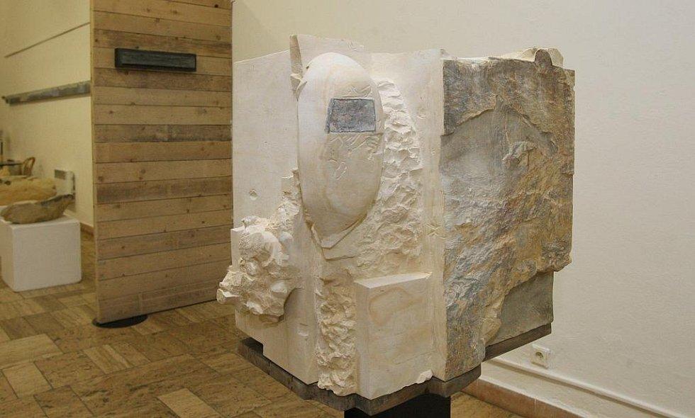 """Akademický sochař Libor Pisklák: """" K věcem, které byly vytvořeny pro veřejný prostor, existují stovky kreseb. Ukazují, co všechno výsledku předchází, jak dílo vzniká. Umožňuje to návštěvníkovi takříkajíc nahlédnout do kuchyně."""""""