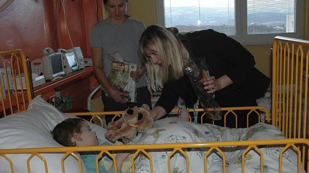 Náměstkyně primátora Zuzana Kailová přivezla malým, pacientům na Dětskou kliniku dárky od Ústečanů.