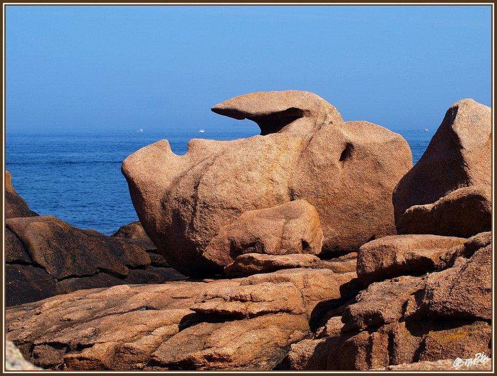 Bretaňské Pobřeží růžové žuly. Stejně jako v Normandii bílé útesy jsou i tyto skály a kameny ohromně fotogenické a jejich tvary jsou bizarní, zajímavé až úžasné. Autorem fotky je Mirek P. Blažek z Peruce.