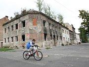 Děti, které si hrají uprostřed vyhořelých ruin. To je jedna z charakteristik ústecké čtvrti Předlice, platná i po desítkách let. To i přes to, že je tu patrná určitá změna k lepšímu.