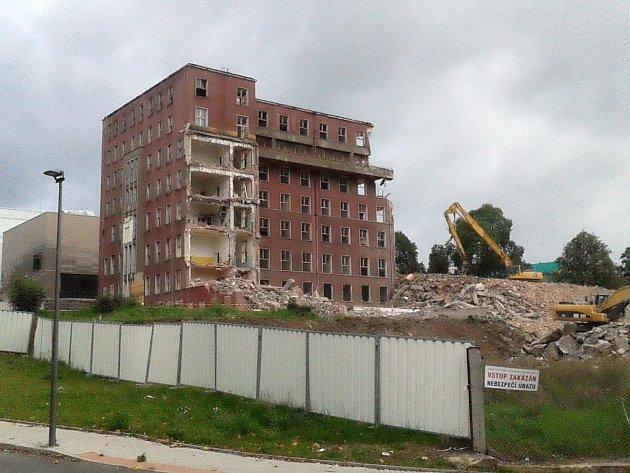 """Demolice pavilonu """"A"""" bývalé nemocnice."""