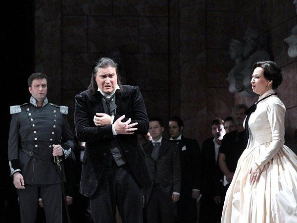 Tannhäuser – scéna zdruhého jednání. Zleva: Roman Vocel (Biterolf), Daniel Frank (Tannhäuser), Dana Burešová (Alžběta).