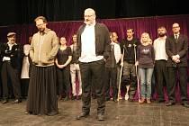 Umělecký šéf Činoherního studia Filip Nuckolls (vpředu vlevo).