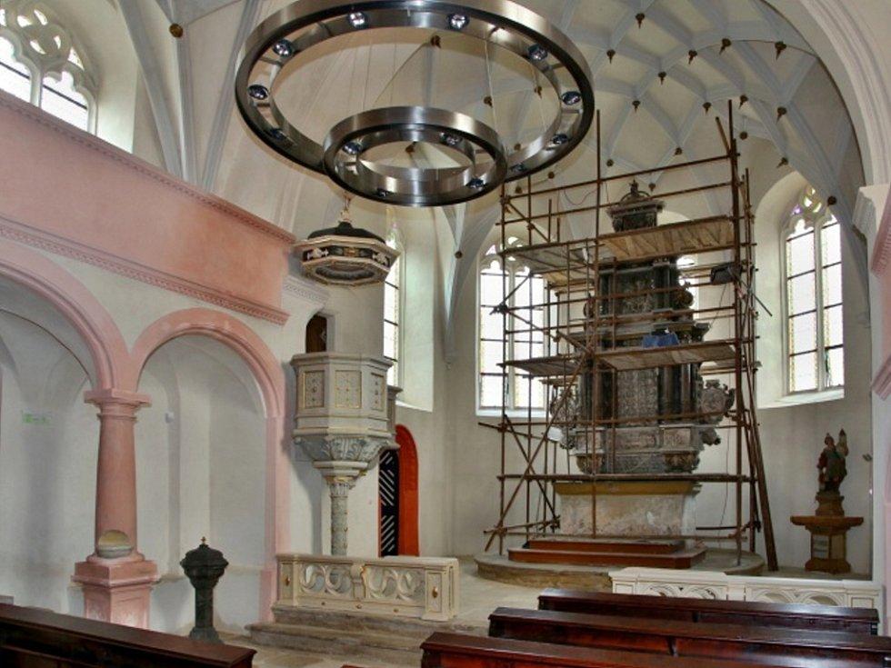 Restaurování oltáře v kostele sv. Floriána.