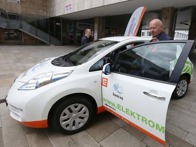 Dva elektromobily má krajský úřad pronajaté na tři roky.