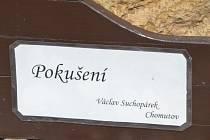 Zahradu roubenky v Zubrnicích zdobí socha Pokušení.