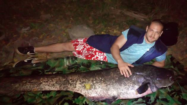 Gigantický sumec a mladý rybář Pavel Kraus.