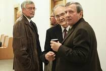 Uprostřed snímku( starý pán v brýlích) jediný obžalovaný u soudu Otakar Hála se nakonec nechal zastupovat advokátem a do soudní síně nešel.