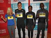 Největší hvězdy půlmaratonu v Ústí zleva Eva Vrabcová Nývltová, Jiří Homoláč, Violah Jepchumbaová a Barselius Kipyego.