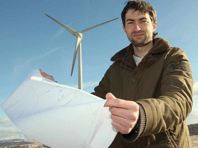 Václav Nechvíle chce postavit stejné větrníky jako jsou u Petrovic na Ústecku o několik kilometrů dále.Brání mu v tom ministerstvo životního prostředí,které nejdříve povolení ke stavbě vydalo a pak ho zase zamítlo.Ve hře je několik stovek milionů korun,