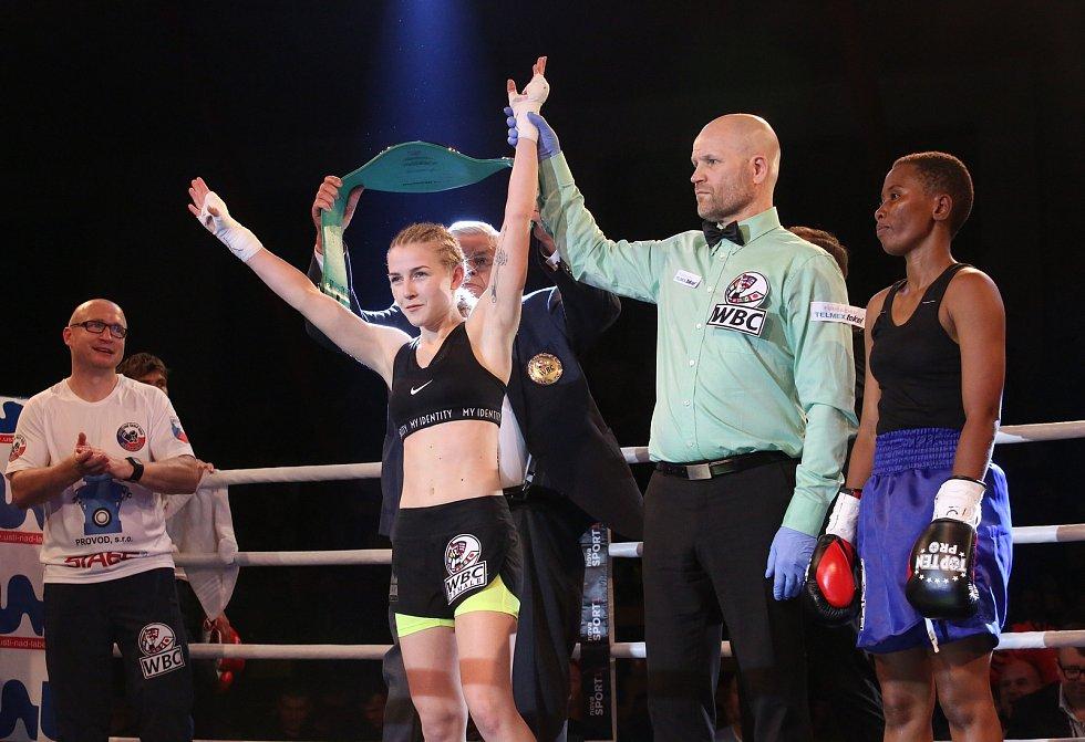 Krátce před desátou večer přišla na řadu mini muší váha do 47,6 kg Fabiána Bytyqi versus Fatuma Yaziduová z Tanzanie. Zahraniční soupeřka měla problémy už před zápasem, kdy převážila téměř o dva kilogramy. V ringu to bylo nečekaně jednoduché.