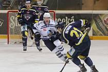 Ústečtí hokejisté (modří) prohráli s Kladnem 2:5 a sezona jim skončila.