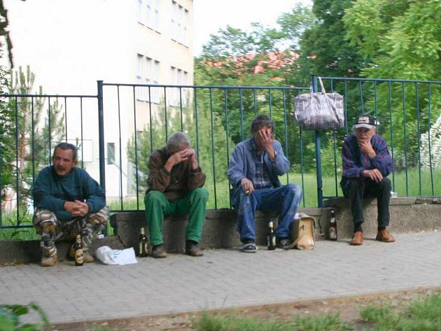 Typický obrázek skupinky popíjejíci alkohol v Bezručově ulici
