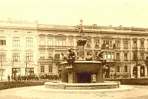 1912: Pohled na Lidické náměstí se hodně změnil. Až do roku 1940 zde byla alegorická kašna Labe, kterou zničili nacisté. Od roku 2000 do roku 2011 je vidět, jak hodně vyrostly vysazené stromy na náměstí.