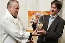 Adventnímu pivu požehnal střekovský opat Josef Mazura a pak musel hned ochutnat.