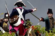 """Běžnou taktikou 18. století bývaly také přepady vojenských kolon ze zálohy lehkou jízdou, ve stylu """"udeř a uteč."""" V habsburské monarchii lehkou jízdu reprezentovaly nepravidelné jednotky pandurů a pravidelné jednotky husarů (na snímku)."""