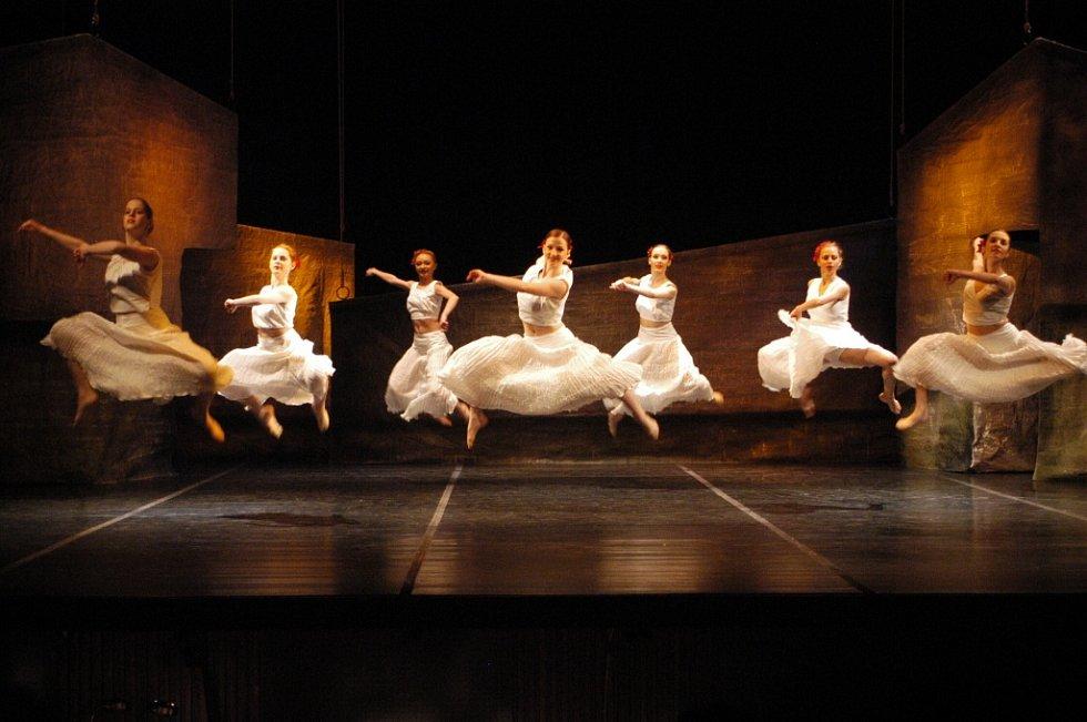 Z baletu Carmen (2004), (zleva doprava baletky) Táňa Dědovská, Hanka Šimánová, Světlana Cvetkova, Anna Dvořáková, Mária Pánková, Naďa Uváčiková a Natálie Vassina.