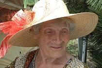 Kdo na letní slavnosti v Orlické ulici neměl klobouk nebo čepici, tak mezi účastníky nezapadl.