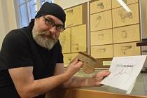 Luděk Marks ukazuje nález z Věšťan na Teplicku, kde archeologové objevili menší osadu.