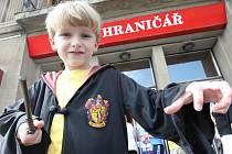 Ústecké kino Hraniřář promítá další dlouhoočekávaný díl kouzelnického učně Harryho Pottera. Na promítání někteří diváci přišli stylově oblečení v kouzelnickém oděvu a maskách.