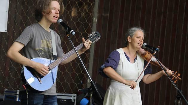 Duo Hmlisto strhlo publikum v ústeckém parku. Originální slovenský pár zaujal na ústeckém festivalu Malý Hamburk.
