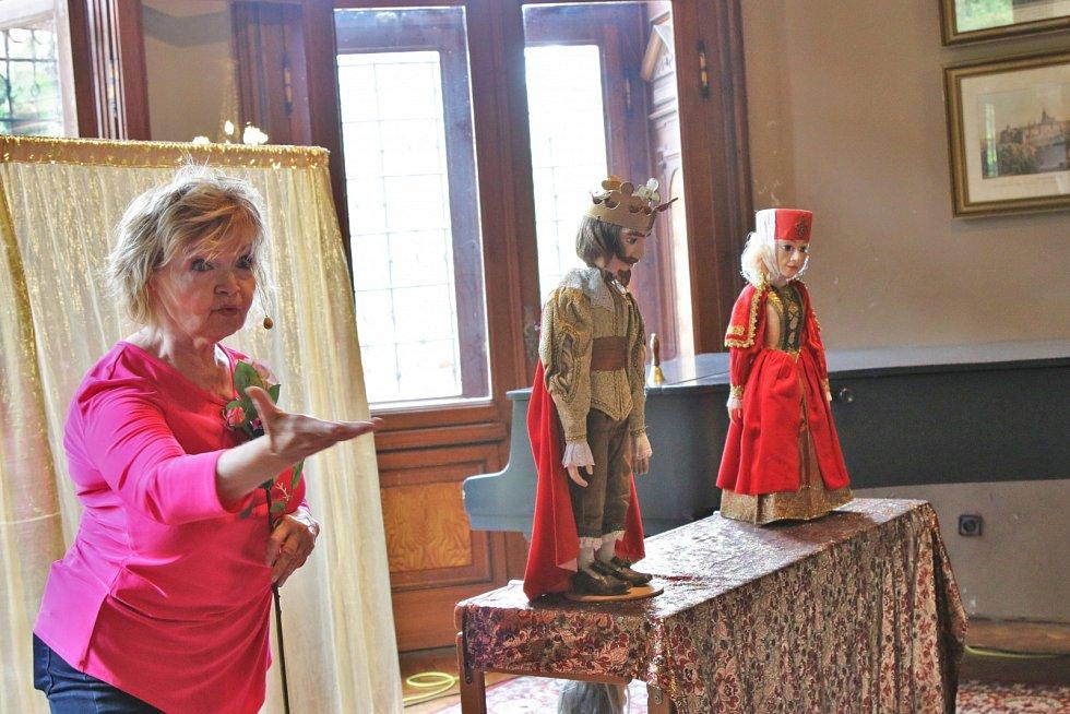 Pohádku Šípková Růženka přivezlo na zámek ve Velkém Březně pražské Divadlo Evy Hruškové a Jana Přeučila