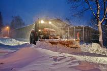 Traktor protahuje ulice Tisé od středečního velmi časného rána
