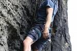 Tiské stěny jsou zrádné. Skalní oblast spolu s Ostrovem a Rájcem každoročně láká ke zdolávání gravitace stovky lezců. Mnohdy však jde o začátečníky, kteří přeceňují své síly. Následky pádů bývají fatální. Ilustrační foto