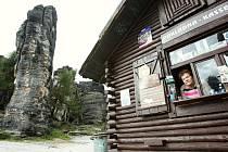 Pokladna u vchodu do skal v Tisé