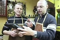 Žatecký opravář obuvi Milan Wüst se ze zámečníka před osmnácti lety stal obuvníkem. Denně mu prochází pod rukama až 60 párů bot. Mezi nejčastější zákazníky patří ženy, přicházejí si nechat opravit podrážky nebo poškozené podpatky.
