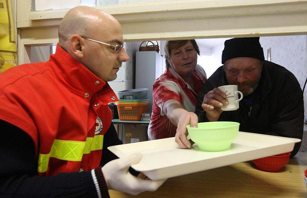 Zapáchajícím lidem bez střechy nad hlavou horká polévka chutnala, v mrazivém počasí si většina z nich přišla přidat.