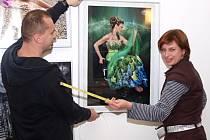 Vlastní pohled na svět přetavený do fotografie ukazuje Danuše Mudriková (vpravo) v ústeckém muzeu.