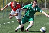 Fotbalisté Ravelu doma prohráli s Heřmanovem (zelení) 1:3.