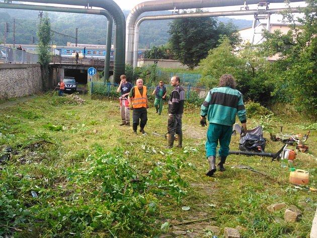 Ve čtvrtek 16. 7. dělníci začali pracovat na čištění plochy.