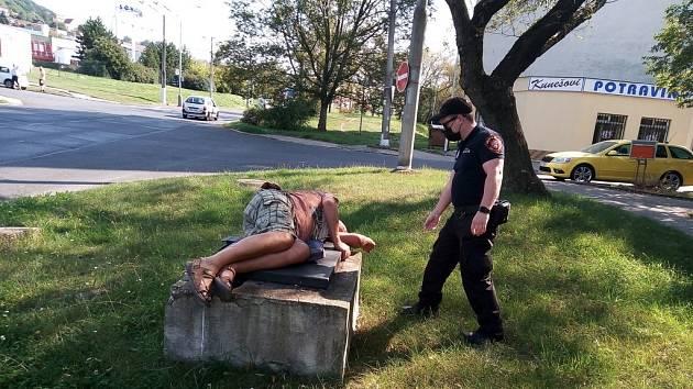 Muži se opili a usnuli venku.