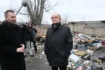 Ministr Michal Kocáb navštívil ústeckou čtvrt Předlice.V doprovodu primátora Jana Kubaty prošel zadní trakty domů, kde bydlí převážně Romové a které spíše připomínají skládku komunálního odpadu.