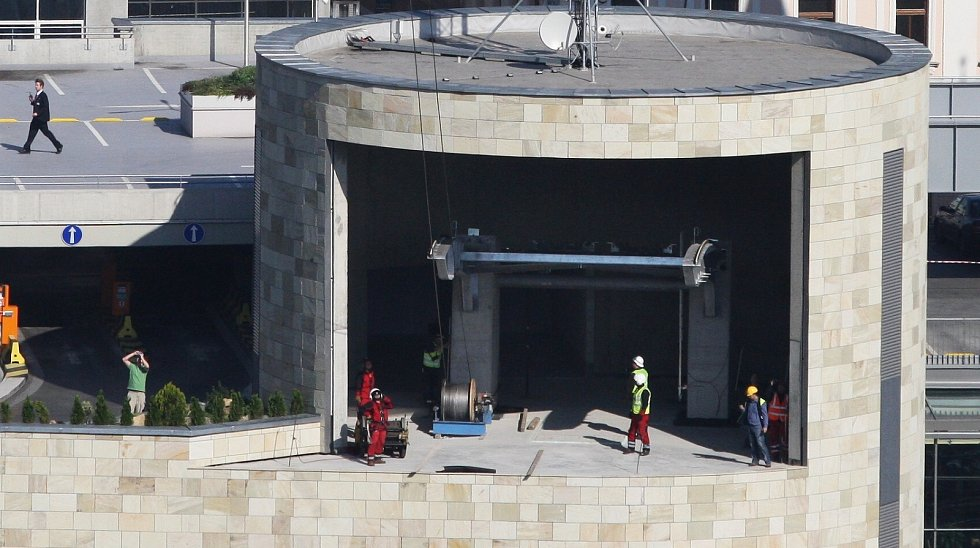 Natahování technického lana lanovky na Větruši pomocí vrtulníku. Září 2010