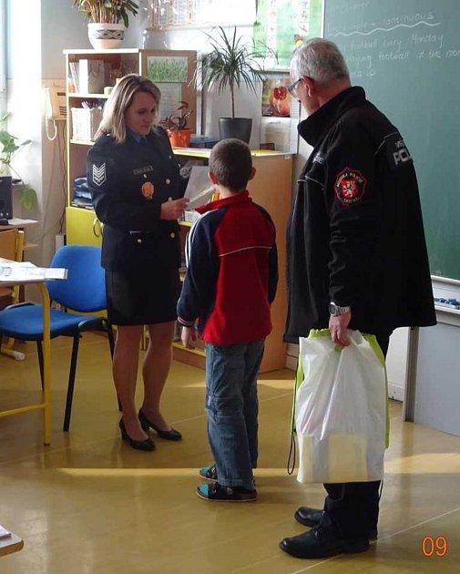 Preventisté Městské policie Ústí nad Labem předali ceny nejlepším žákům čtvrtých  tříd základních škol za dosažené výsledky při výuce dopravní výchovy.