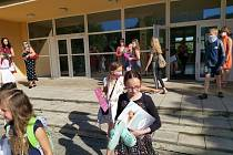 Děti nesou vysvědčení ze školy na ústeckém Střekově