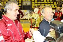 Ladislav Vízek přebírá pohár pro vítěze letošního fotbalového turnaje legend.