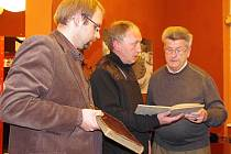 Zajímavé setkání nad kronikou hájovny v Zálezlech, kde se za války schovávaly před bombardováním děti z rodiny Schichtů.