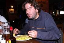 Tak jako každý čtvrtek jsme v restauraci Sport Pub Zlatopramen vařili podle čtenářů Deníku. Na snímku host restaurace, který si krůtí na houbách objednal, Petr Šilhavý.