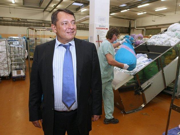 Jiří Paroubek si prohlédnul prádelnu Chrištof Štětí, která je nejmodernějším závodem tohoto typu na severu Čech.