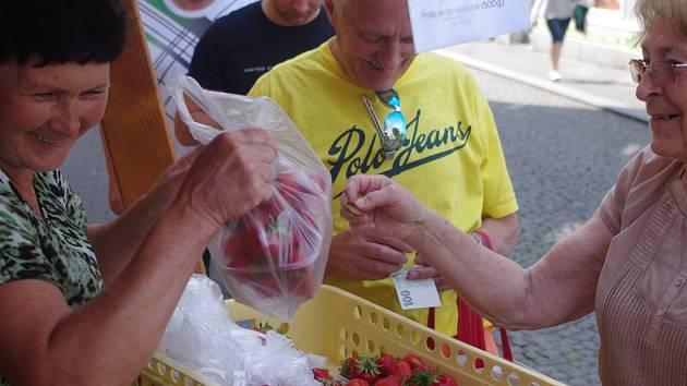 Svádovské jahody se prodávají na Mírovém náměstí a u Hraničáře.